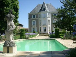 gites de charme de prety kasteel met verwarmd zwembad en. Black Bedroom Furniture Sets. Home Design Ideas